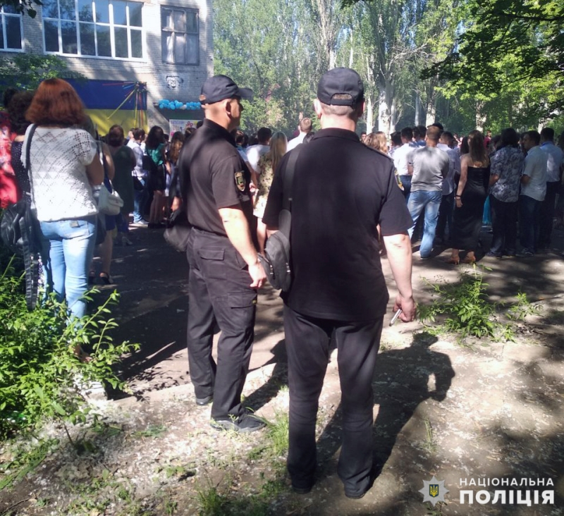 Урочисті заходи в школах Покровської оперзони пройшли під наглядом поліцейських, порушень не допущено, фото-11