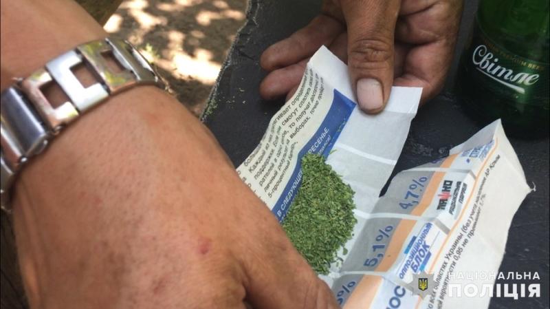 Франківські патрульні затримали трьох чоловіків із наркотиками (фотофакт)